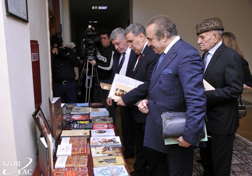 """Azərbaycan Milli Elmlər Akademiyasında """"Nəsimi ili""""nin yekunlarına həsr olunan elmi sessiya keçirilib"""